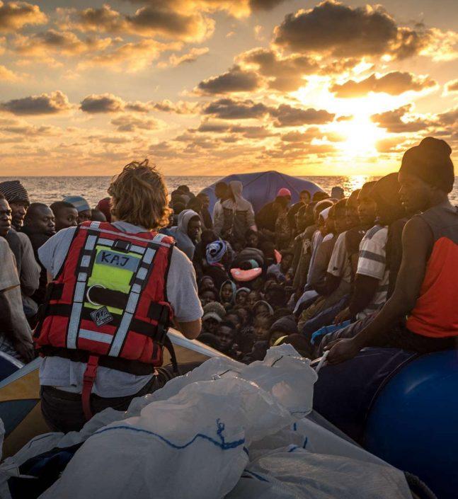 Leute auf Flüchtlingsboot